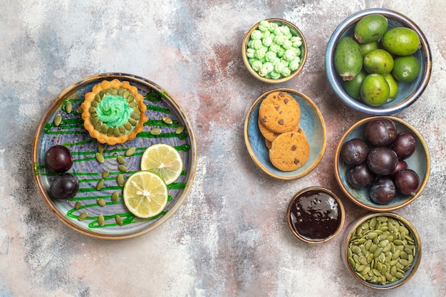 Bovenaanzicht vers fruit met koekjes en cake