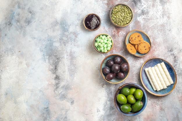 Bovenaanzicht vers fruit met snoep
