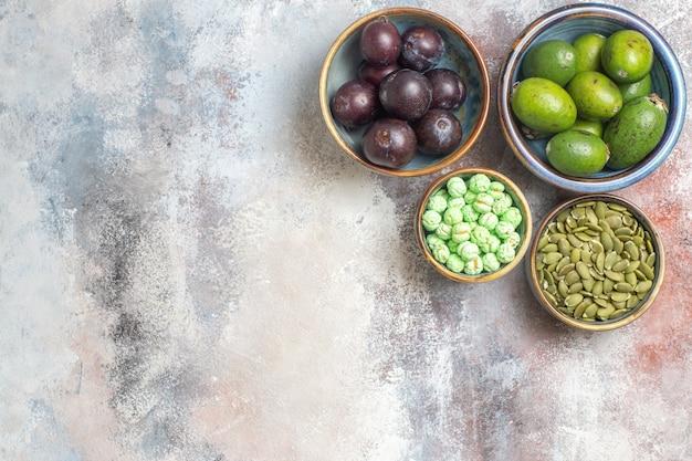 Bovenaanzicht vers fruit met snoepjes