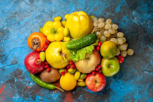 Bovenaanzicht vers fruit op blauwe achtergrond
