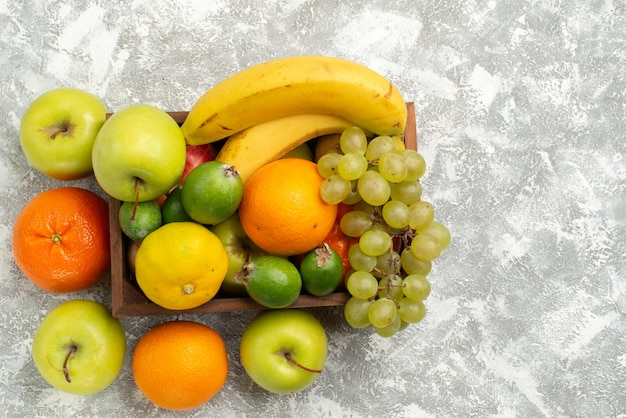 Bovenaanzicht vers fruit samenstelling bananen druiven en feijoa op een hite achtergrond fruit mellow vitamine gezondheid vers