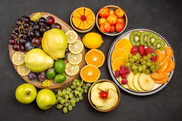 Bovenaanzicht vers fruit samenstelling gesneden en rijp op donkere oppervlakte fruit rijpe verse zachte gezondheid
