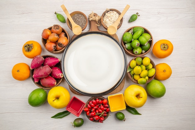 Bovenaanzicht vers fruit samenstelling op witte achtergrond
