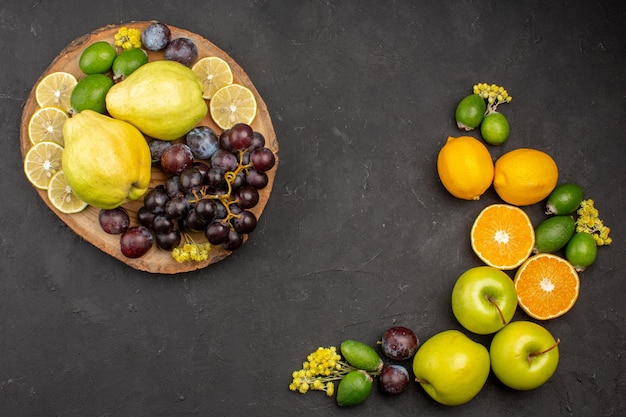 Bovenaanzicht vers fruit samenstelling rijp en zacht fruit op donker bureau fruit vers vitamine zacht rijp