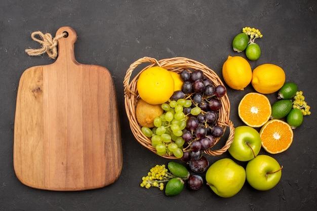 Bovenaanzicht vers fruit samenstelling rijp en zacht fruit op het donkere oppervlak fruit vers vitamine zacht rijp