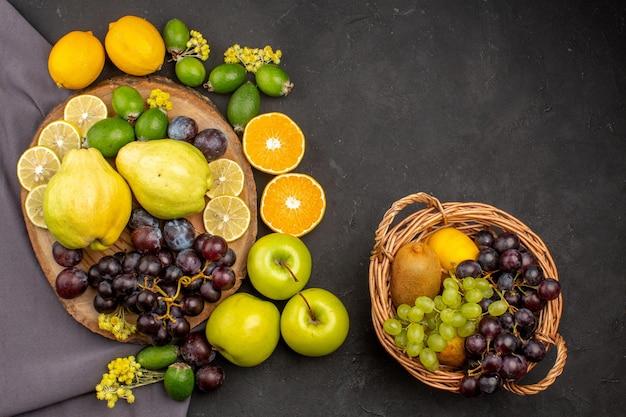 Bovenaanzicht vers fruit samenstelling rijp fruit op donker oppervlak vitamine zacht vers fruit