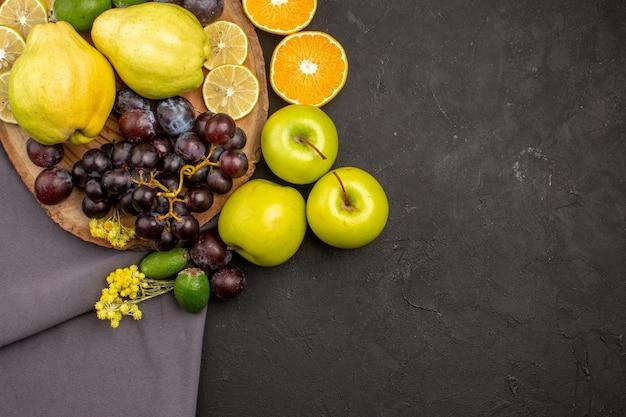 Bovenaanzicht vers fruit samenstelling rijp fruit op donkere ondergrond vitamine zacht vers rijp fruit