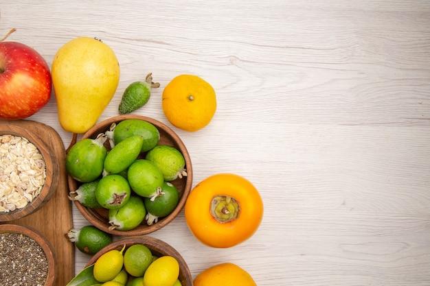 Bovenaanzicht vers fruit samenstelling verschillende vruchten op witte achtergrond