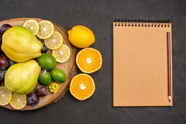 Bovenaanzicht vers fruit samenstelling zacht en rijp fruit op donkere achtergrond fruit zacht verse rijpe vitamine