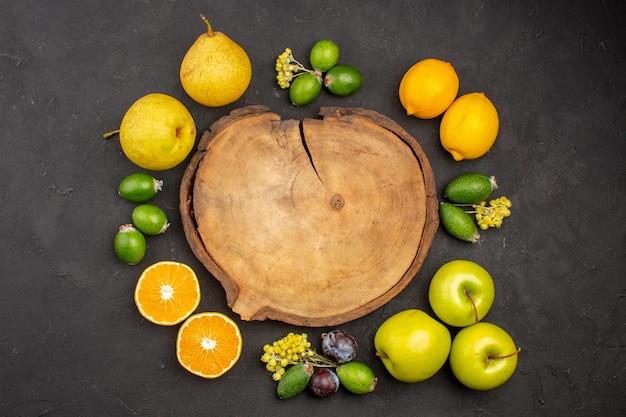 Bovenaanzicht vers fruit samenstelling zacht rijp fruit op het donkere oppervlak rijp fruit vitamine vers zacht