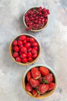 Bovenaanzicht vers fruit verschillende bessen op witte tafel fruit bes gezondheid