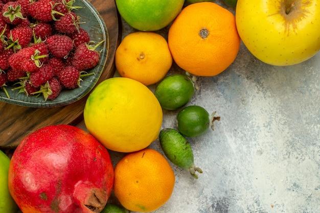 Bovenaanzicht vers fruit verschillende rijpe en zachte vruchten op de witte achtergrond foto smakelijke dieet berry gezondheid kleur