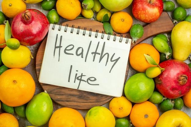 Bovenaanzicht vers fruit verschillende rijpe en zachte vruchten op witte achtergrond