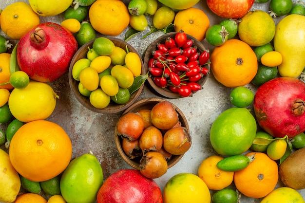 Bovenaanzicht vers fruit verschillende zachte vruchten op de witte achtergrond dieet smakelijke bes kleur foto gezondheid rijpe boom
