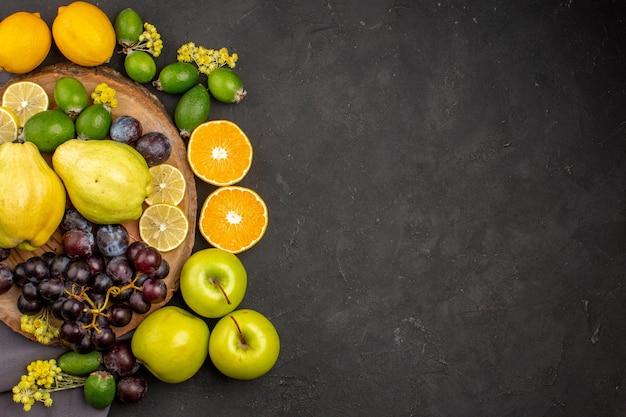 Bovenaanzicht vers fruit zacht en rijp fruit op de donkere achtergrond vers vitamine zacht rijp fruit