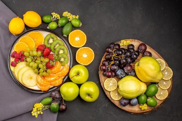 Bovenaanzicht vers fruit zacht en rijp fruit op een donkere ondergrond