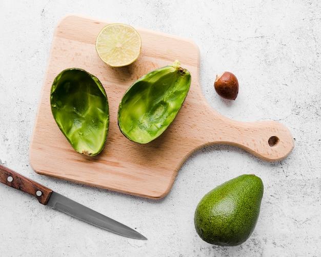 Bovenaanzicht vers gesneden avocado op tafel