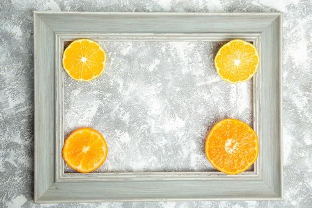 Bovenaanzicht vers gesneden sinaasappels zachte citrusvruchten binnen frame op wit oppervlak rijp fruit exotisch vers tropisch
