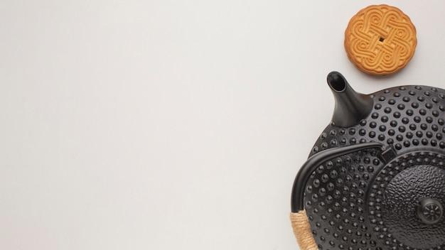 Bovenaanzicht vers koekje en theepot met kopie ruimte