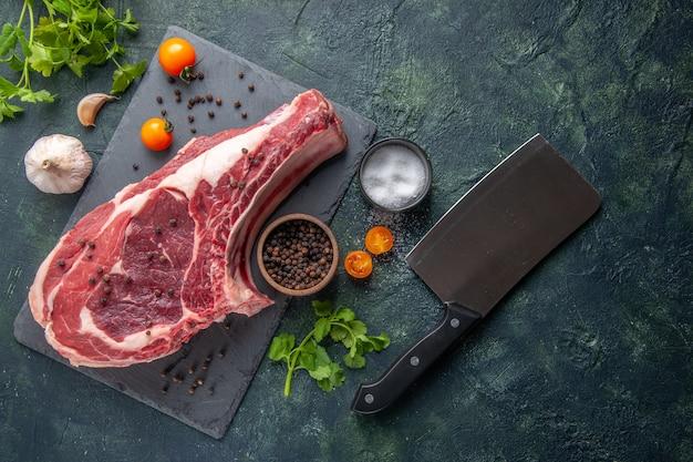 Bovenaanzicht vers vlees plak rauw vlees met peper en groen op donkere achtergrond kippenmeel voedsel dierlijke slager foto barbecue