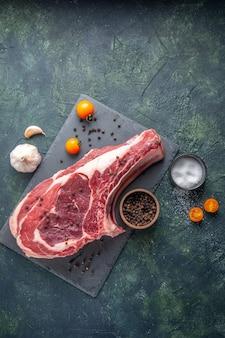 Bovenaanzicht vers vlees plak rauw vlees met peper en zout op donkere achtergrond kippenmeel kleur voedsel dieren slager foto