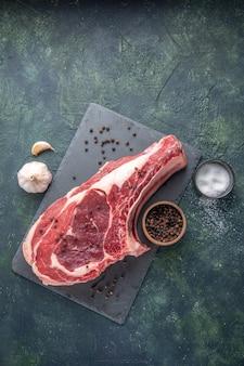 Bovenaanzicht vers vlees plak rauw vlees met peper op donkere achtergrond kip maaltijd foto kleur voedsel dieren slager
