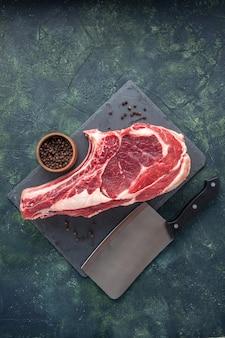 Bovenaanzicht vers vlees plak rauw vlees met peper op donkere achtergrond slager dier foto kip kleur voedsel
