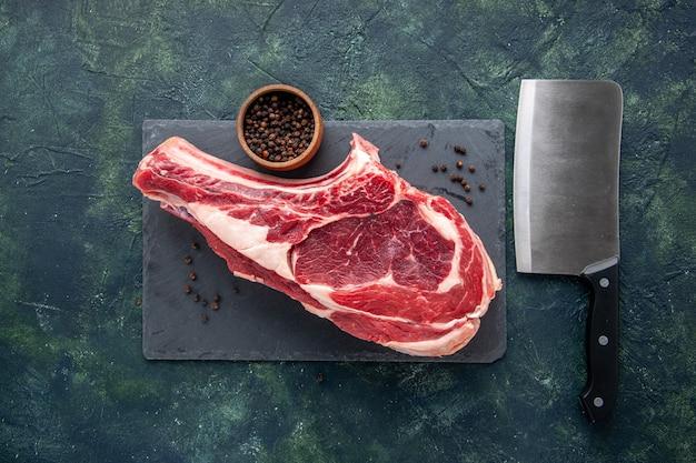 Bovenaanzicht vers vlees plak rauw vlees op de donkere achtergrond slager dier foto maaltijd kip kleur voedsel
