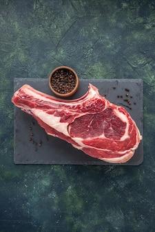 Bovenaanzicht vers vlees plak rauw vlees op donkere achtergrond slager dier foto maaltijd kip kleuren voedsel