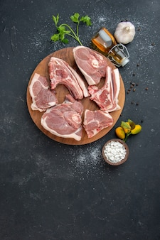 Bovenaanzicht vers vlees plakjes rauw vlees op donkere barbecue schotel peper keuken eten koe eten salade diermeel