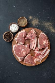 Bovenaanzicht vers vlees plakjes rauw vlees op donkere maaltijd voedsel versheid koe voedsel keuken dier