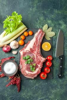 Bovenaanzicht vers vleesplakje met tomaten op donkerblauwe achtergrond voedsel vlees keuken slager kip kleur koe