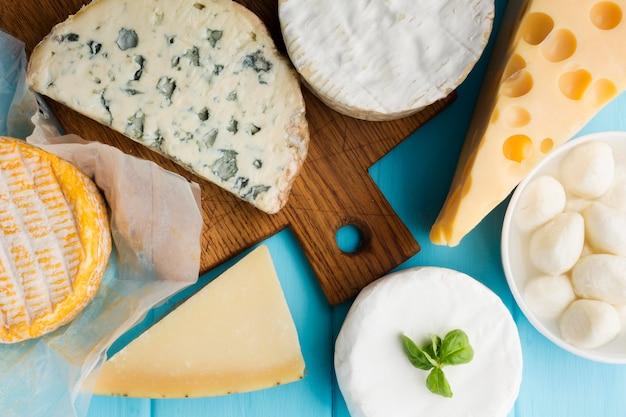 Bovenaanzicht verscheidenheid aan gastronomische kaas