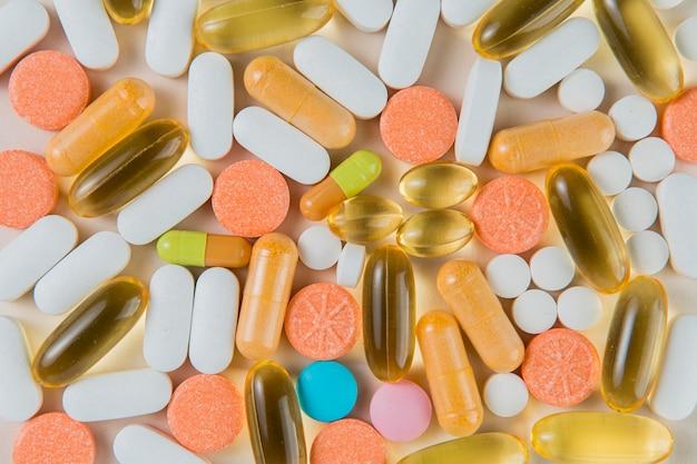 Bovenaanzicht verscheidenheid aan medische capsules en pillen