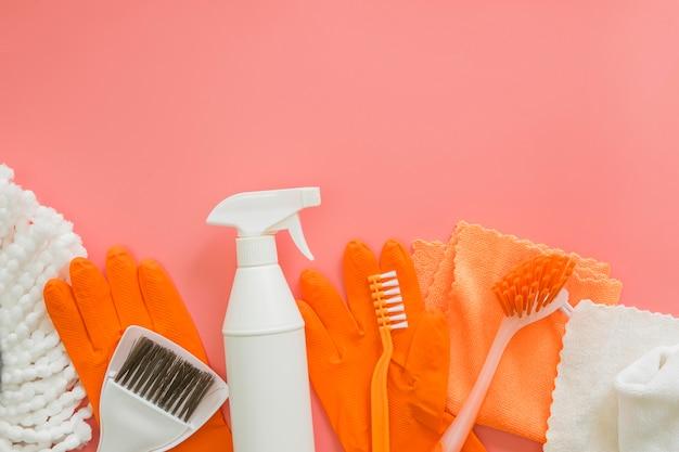 Bovenaanzicht verscheidenheid aan schoonmaakproducten