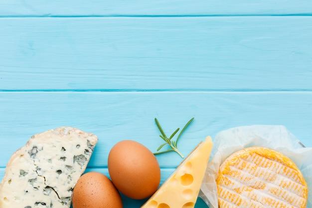 Bovenaanzicht verscheidenheid aan smakelijke kaas met kopie ruimte