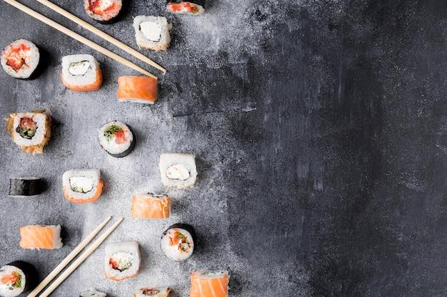 Bovenaanzicht verscheidenheid aan sushi met kopie-ruimte
