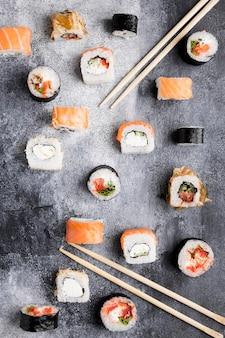 Bovenaanzicht verscheidenheid aan sushi