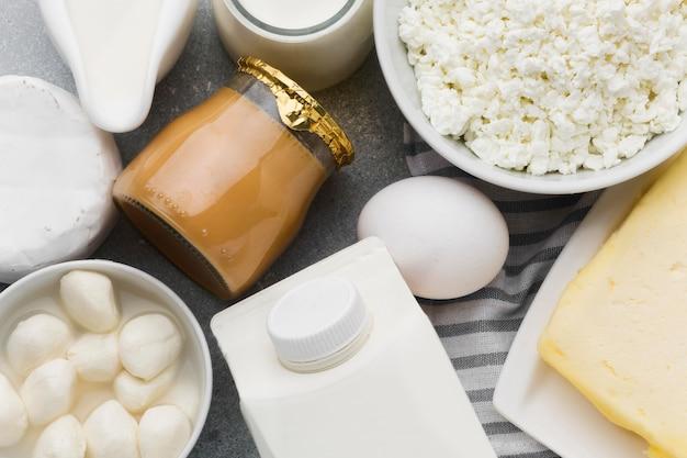 Bovenaanzicht verscheidenheid aan verse kaas en melk