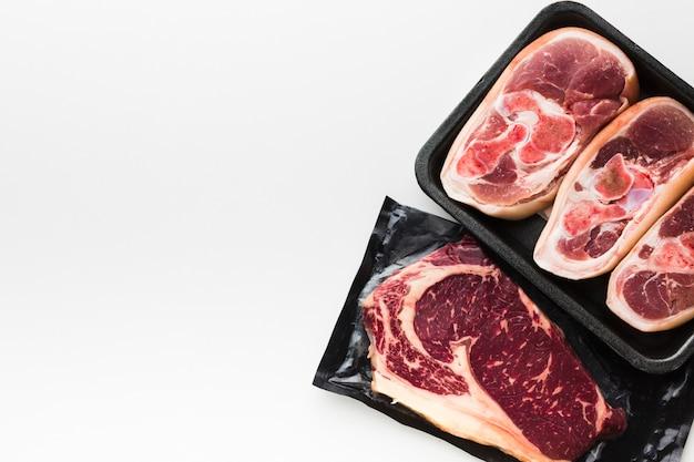 Bovenaanzicht verscheidenheid aan verse steaks klaar om te worden gekookt