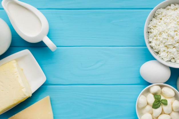 Bovenaanzicht verscheidenheid van biologische kaas klaar om te worden geserveerd