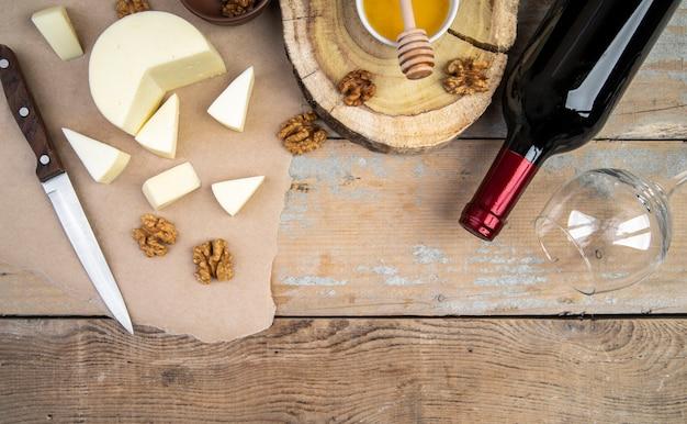 Bovenaanzicht verscheidenheid van fijne kaas met wijn