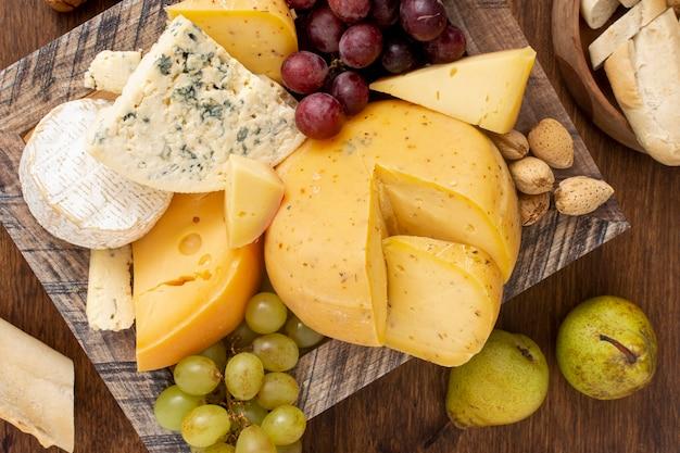 Bovenaanzicht verscheidenheid van kaas met fruit
