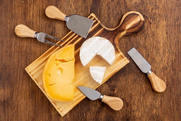 Bovenaanzicht verscheidenheid van kaas op een tafel