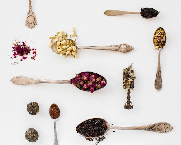 Bovenaanzicht verscheidenheid van lepel met kruiden
