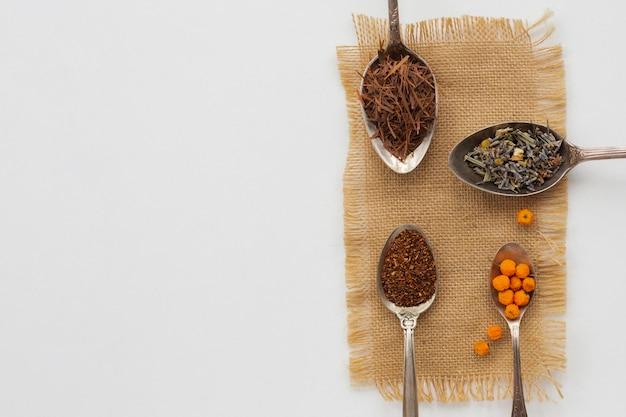Bovenaanzicht verscheidenheid van lepels met kruiden