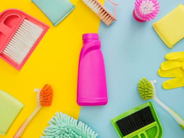 Bovenaanzicht verscheidenheid van schoonmaakproducten op tafel