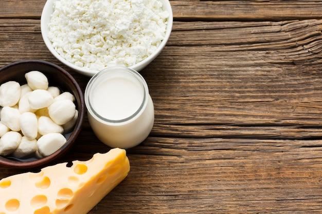 Bovenaanzicht verscheidenheid van verse kaas met melk