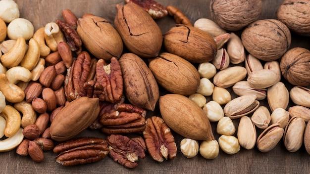 Bovenaanzicht verschillende biologische noten snack achtergrond
