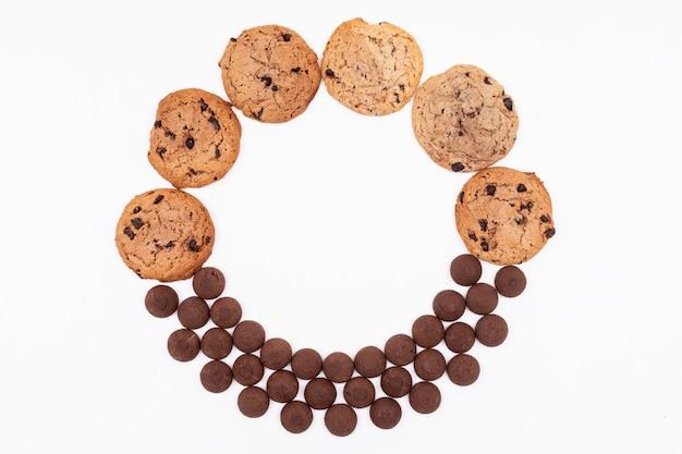 Bovenaanzicht verschillende cookies cirkel gevormd op een witte ondergrond